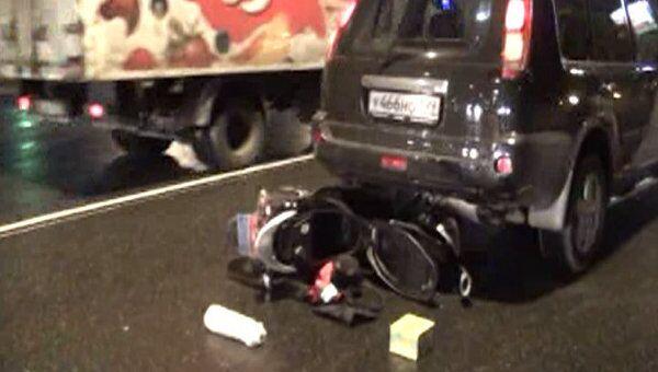 Скутерист потерял управление и упал под Nissan X-Trail в Москве