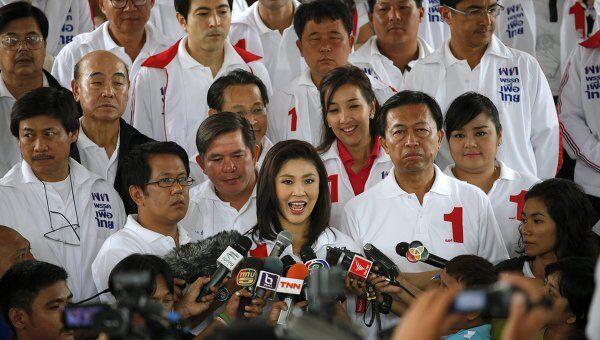 В центре Йинглак Чинават, первая женщина-кандидат на пост премьера в истории Таиланда