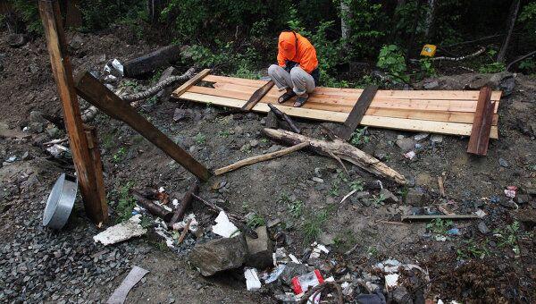Саперы проводят работы на месте взрыва боевого снаряда во Владивостоке