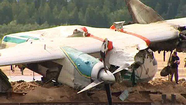 Самолет АН-24, совершивший аварийную посадку на Оби, подняли из реки