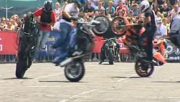 Байкеры синхронно вальсировали на задних колесах мотоциклов в Польше
