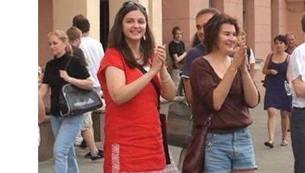 Пешеходы аплодисментами поддержали акцию протеста водителей в Минске