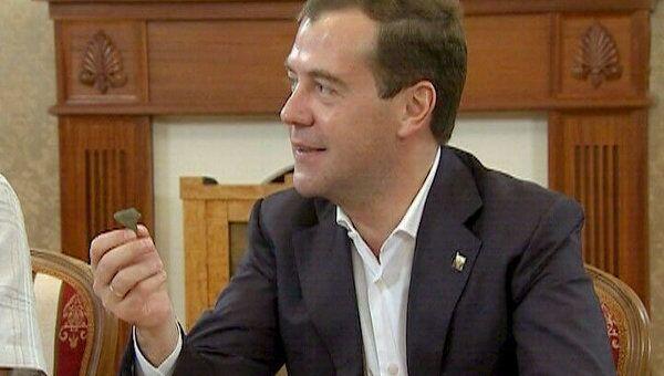 Археологи показали Медведеву найденный во Владимире амулет древнего воина