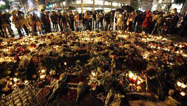 Цветы и свечи в память жертв терактов в центре Осло