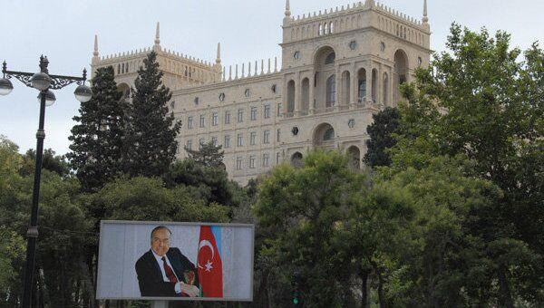 Портрет бывшего президента Азербайджана Гейдара Алиева неподалеку от Дома правительства. Архивное фото