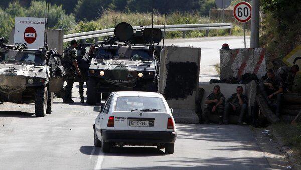 Контроль военной миссии под командованием НАТО в Косово (KFOR) рядом с поселком Брняк на границе Сербии и Косово