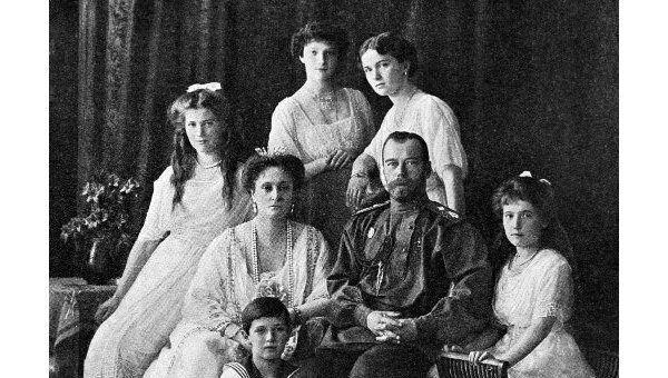 Русский Император Николай II (2 справа) с семьёй