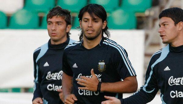 Серхио Агуэро (в центре), архивное фото