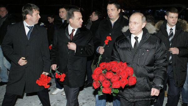 Премьер-министр РФ Владимир Путин возложил цветы к могиле болельщика Спартака Егора Свиридова