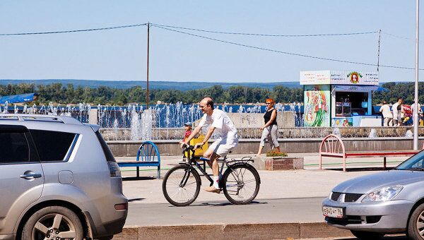 Жители Самары часто передвигаются на велосипедах по тротуара