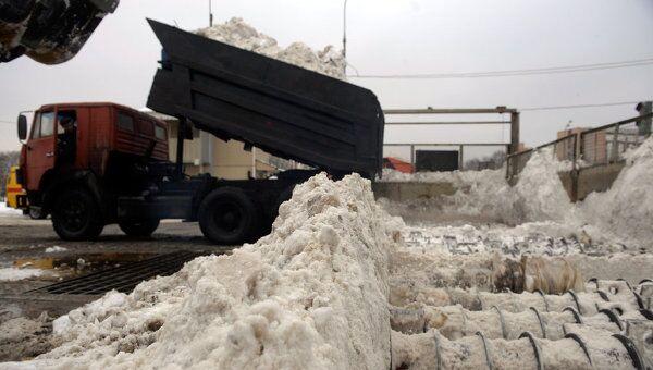 Переработка снега на снегосплавном пункте. Архив