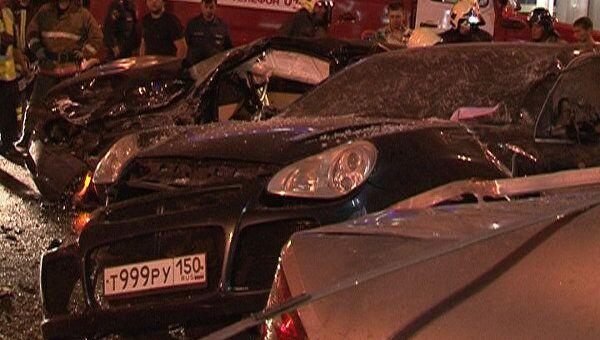 BMW X5 врезался ночью в среду в остановку общественного транспорта в центре Москвы