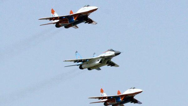 Пилотажные групп ВВС России Русские витязи и Стрижи