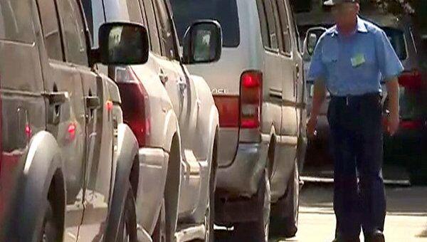 Инспекторы ГАИ вручную разруливают движение на подъезде к МАКС