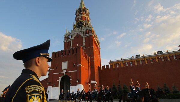 Церемония развода пеших и конных караулов на Красной площади.