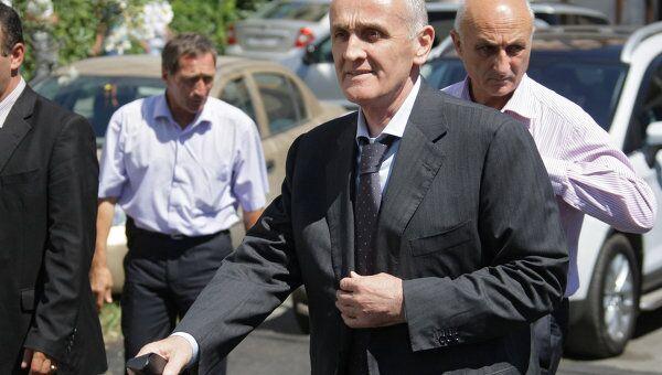 Новый президент Республики Абхазия Александр Анкваб перед пресс-конференцией