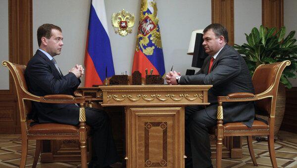 Президент России Дмитрий Медведев и министр обороны России Анатолий Сердюков. Архив