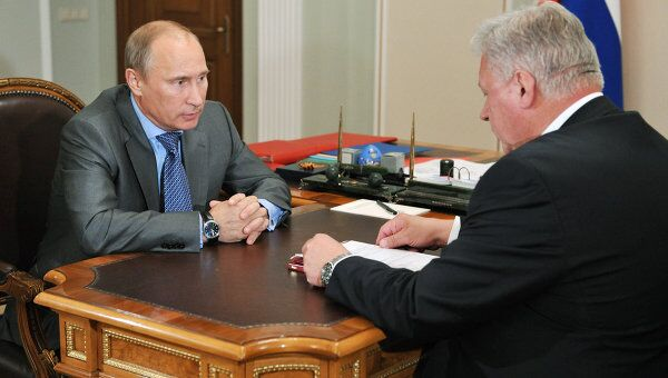 Премьер-министр РФ Владимир Путин проводит рабочую встречу с Михаилом Шмаковым