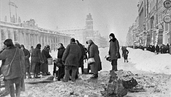 Жители Ленинграда в очереди за водой