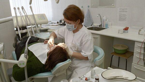 Стоматолог за работой, архивное фото