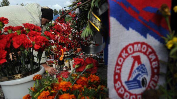 Цветы и свечи в память о погибших хоккеистах ярославского Локомотива, архивное фото