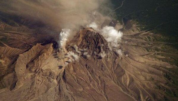Вулкан Шивелуч выбрасывает столб пепла высотой до 10 км