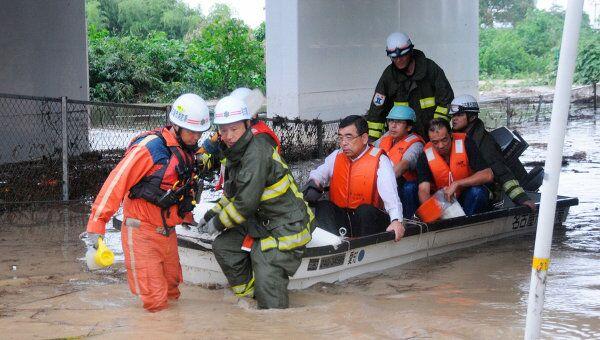 Эвакуация людей из-за тайфуна в Японии