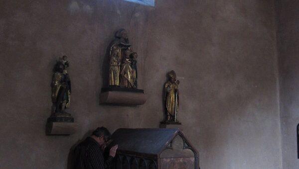 У древнего саркофага с мощами святой мученицы Софии, в котором до Французской революции покоились также мощи ее дочерей Веры, Надежды и Любови