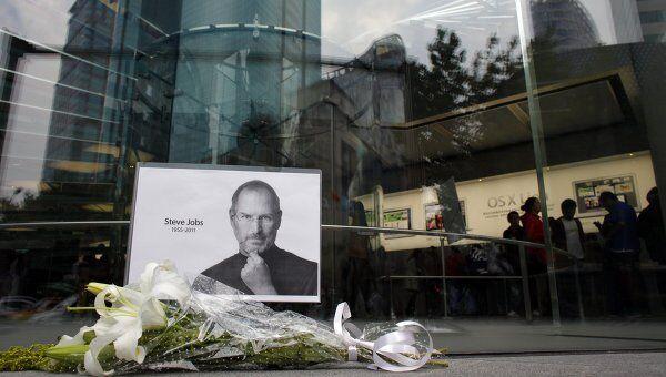 Поклонники скорбят о кончине основателя Apple Стива Джобса возле магазина Apple Store в Шанхае