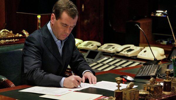 Президент РФ Д.Медведев в рабочем кабинете. Архив