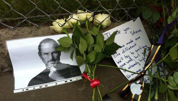 К американскому посольству в Москве несут цветы
