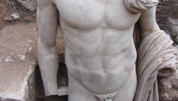 Мраморная статуя, обнаруженная в греческом Эпидавре