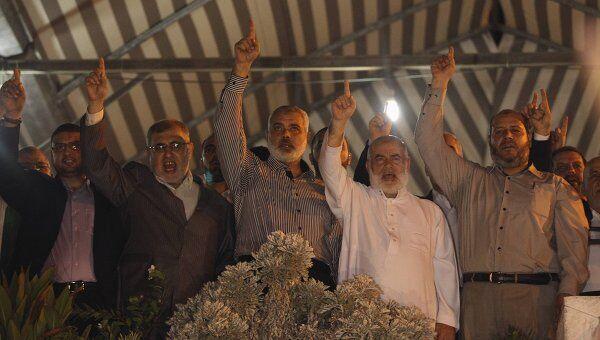 Глава правительства в секторе Газа Исмаил Хания (в центре). Архивное фото
