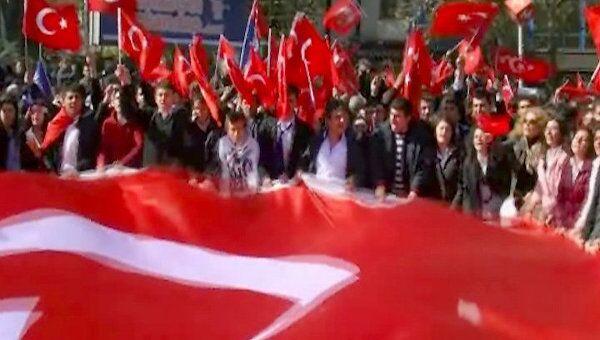 Сотни людей с флагами вышли на митинг в центре Анкары