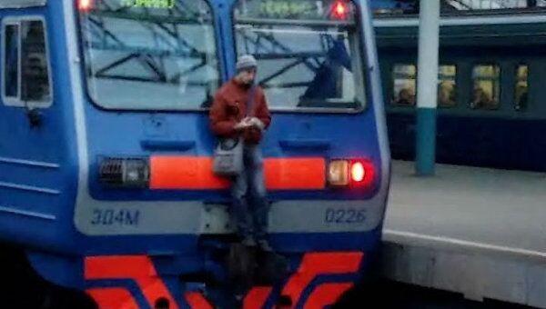 Пассажир проехался на внешней стороне подмосковной электрички