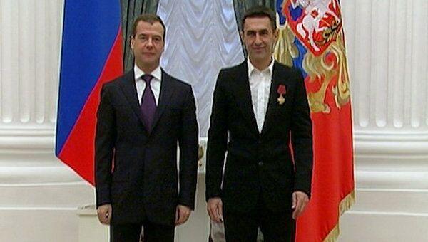 Медведев вручил ордена Бутусову и Бекмамбетову на необычном награждении