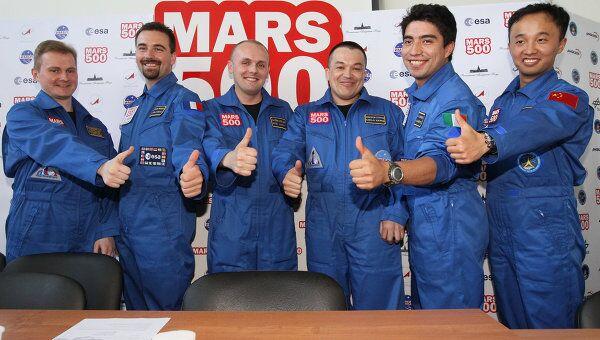 Участники экипажа 520-суточного эксперимента по моделированию полета на Марс