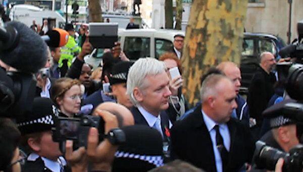 После суда Джулиана Ассанжа окружили полицейские и журналисты