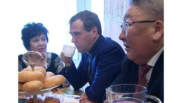 Медведев выпил чаю с пирожками в хоромах якутских переселенцев
