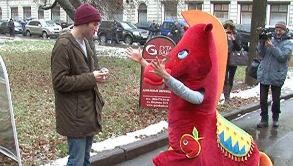 Конь Долбак на коленях умолял москвичей бросить курить
