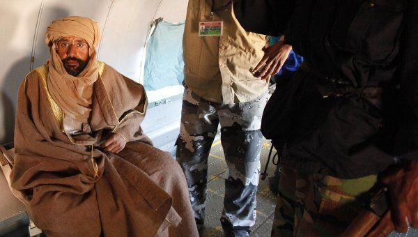 Сейф аль-Ислам Каддафи в самолете после ареста