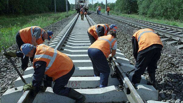 Путевые работы на железной дороге. Архивное фото
