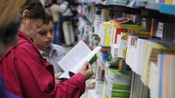 Люди у книжной полки. Архивное фото