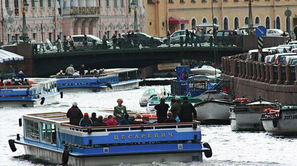 Движение судов по реке Фонтанке в Санкт-Петербурге. Архив