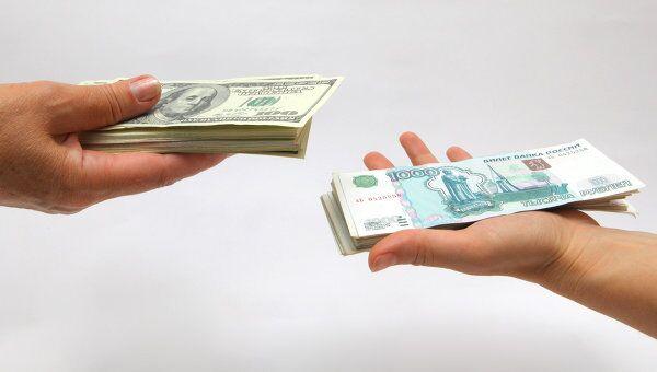 Рублевые и долларовые купюры. Архивное фото