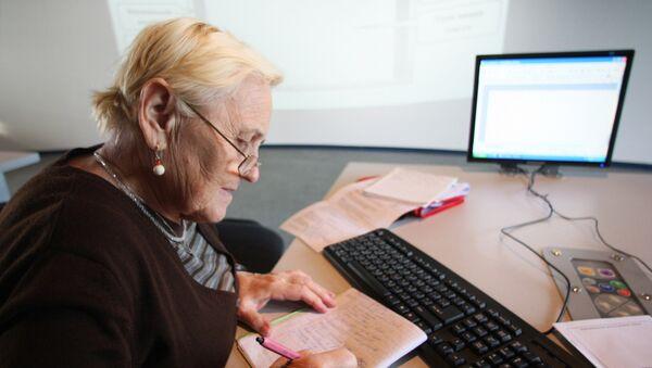 Женщина работает за компьютером. Архивное фото
