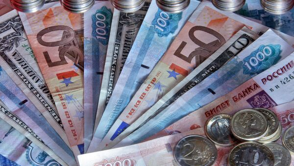 Денежные купюры и монеты разных стран. Архивное фото