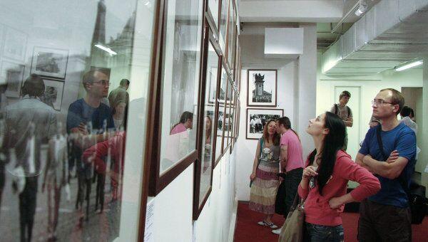 Посетители фотовыставки. Архив