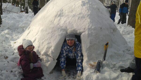Томичи соревновались в строительстве снежных убежищ в Лагерном саду