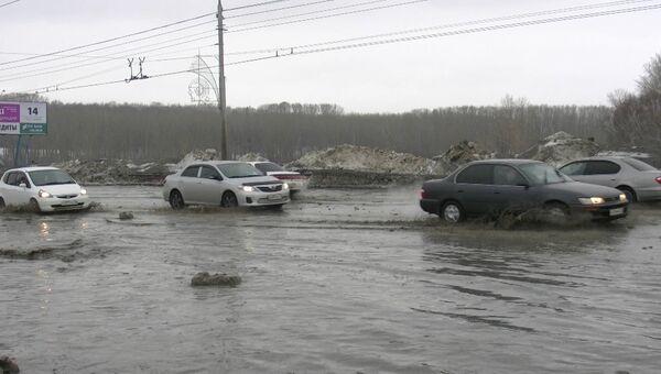 Большая лужа подтопила проезжую часть на Комсомольском в Томске